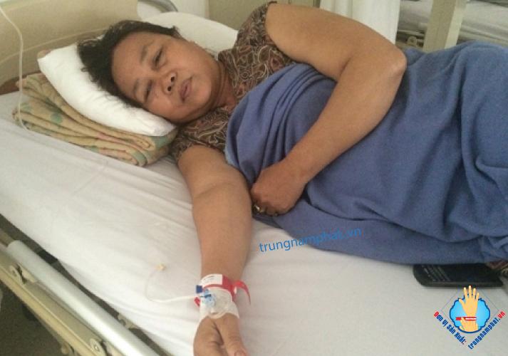 bệnh nhân đeo vòng tay y tế