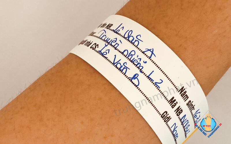 ghi chú lên vòng tay người nuôi bệnh
