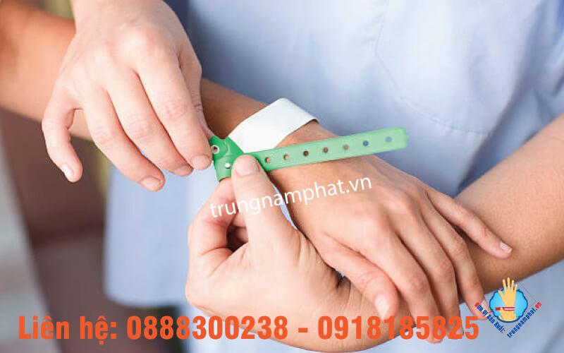 Bước 2 đeo vòng tay nhựa phụ sản
