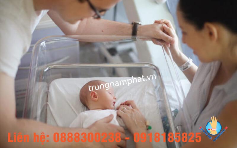 Vị trí đeo vòng tay nhựa phụ sản lên cổ tay và cổ chân mẹ và bé.